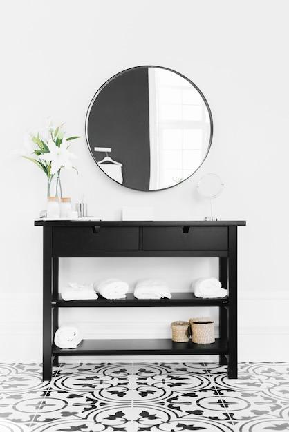 Aparador negro con espejo Foto gratis