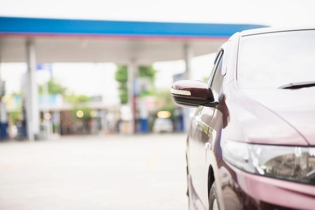 Aparcamiento en la estación de combustible de gas - concepto de transporte de energía de automóvil Foto gratis