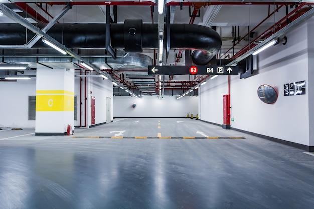 Aparcamiento subterráneo vacío Foto gratis