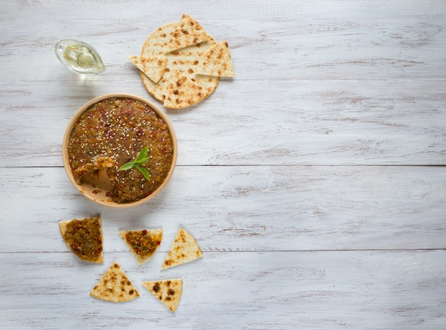 Aperitivo de vegetales fríos. caviar de verduras. snacks con crema vegetal Foto Premium