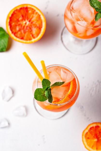 Aperol spritz, cóctel italiano con naranja Foto Premium