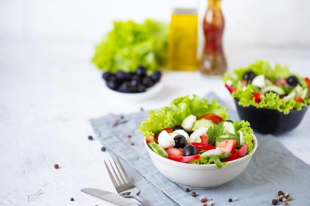 Apetitosa ensalada griega en un plato sobre una mesa servida Foto Premium