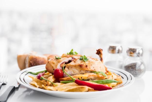 Apetitosa pechuga de pollo asada rellena con guarnición. Foto gratis