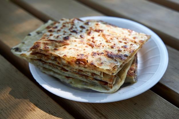Apetitosas tortillas crujientes turcas con relleno se encuentran en un plato Foto Premium