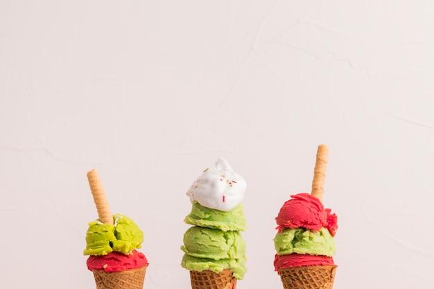 Apiladas de helado apiladas en conos de azúcar Foto gratis