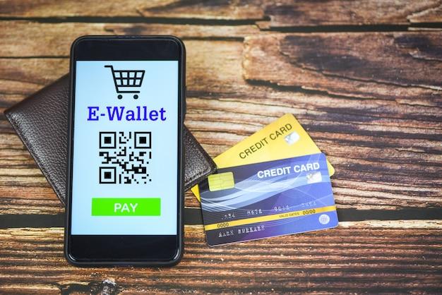 Aplicación de billetera electrónica en el teléfono con tecnología de tarjeta de crédito pago - concepto de compra en línea de pago móvil Foto Premium