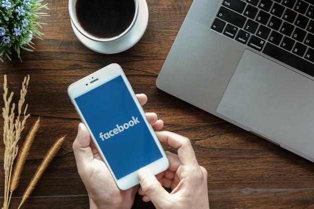 Aplicación de facebook en la pantalla. Foto Premium