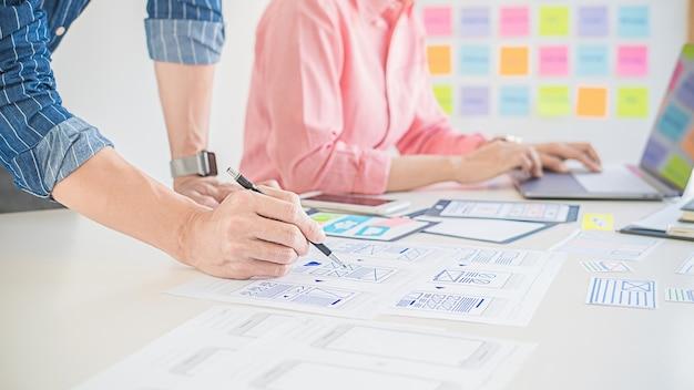 Aplicación de planificación de creative web designer y diseño de plantilla de desarrollo, marco para teléfono móvil. Foto Premium