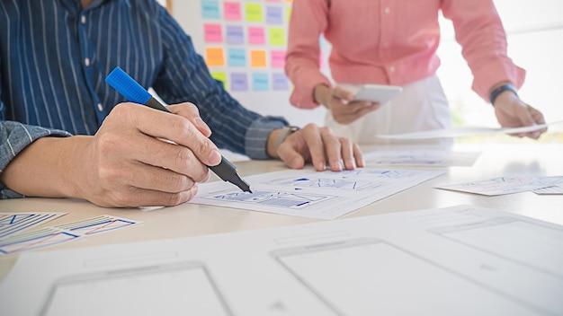 Aplicación de planificación creative web designer y diseño de plantillas de desarrollo, marco para teléfono móvil. concepto de experiencia de usuario (ux). Foto Premium