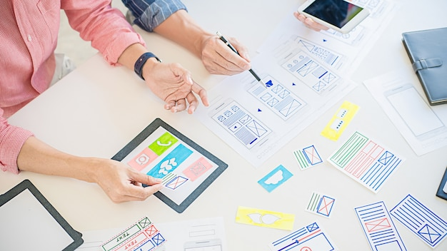 Aplicación de planificación creative web designer, marco para teléfono móvil. concepto de experiencia de usuario (ux). Foto Premium