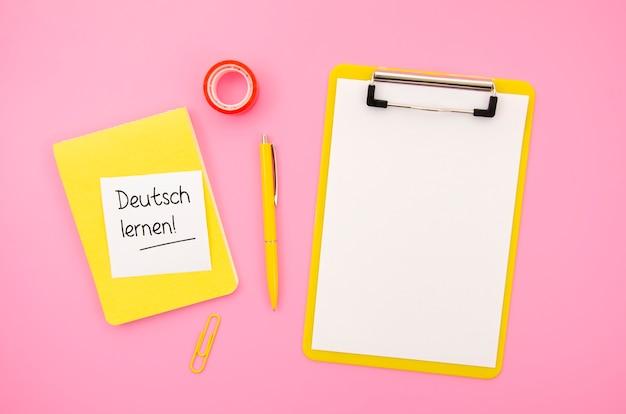 Aprender un nuevo lenguaje objetos sobre fondo rosa Foto gratis