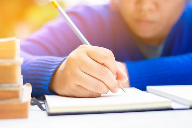 Aprendizaje humano y escritura con libro. Foto Premium