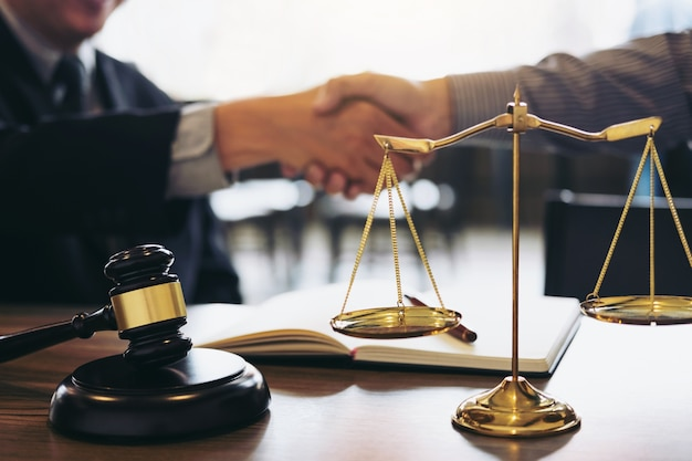 Apretón de manos después de una buena cooperación, consulta entre un abogado y un hombre de negocios custo