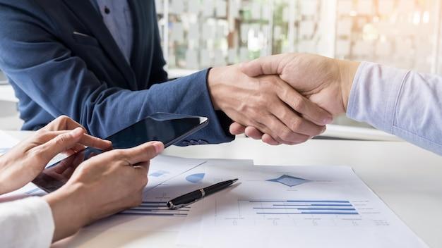 Apretón de manos de negocios de dos hombres que demuestran su acuerdo para firmar el acuerdo o contrato entre sus empresas, empresas, empresas Foto gratis