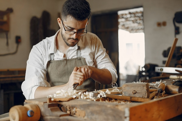 Apuesto carpintero trabajando con madera Foto gratis