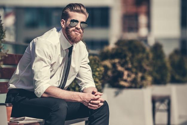 Apuesto empresario barbudo en camisa clásica. Foto Premium