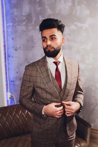 Apuesto empresario barbudo en traje clásico Foto Premium