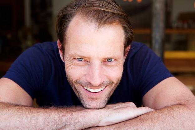 Apuesto hombre mayor sonriendo  6fd15d137bf