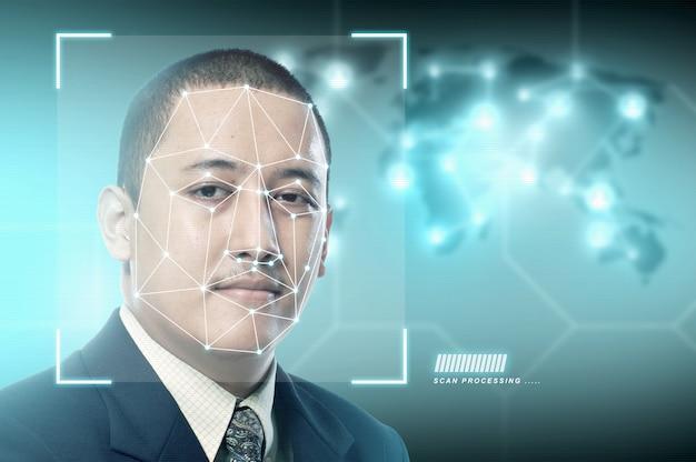 Apuesto hombre de negocios asiático utilizando reconocimiento facial Foto Premium