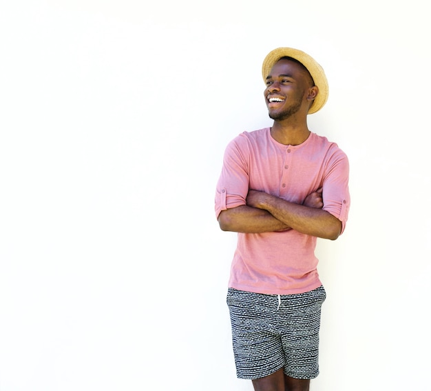 Apuesto hombre negro en ropa de verano  a4be1353ff7