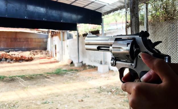 Apuntando el arma Foto gratis
