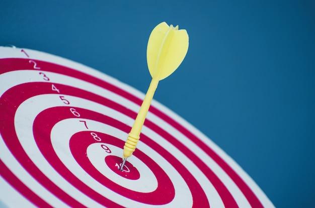 Apuntar el dardo pin en el centro 10 puntos dartboard marketing concepto. Foto Premium