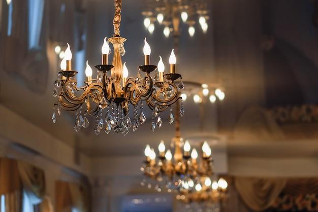 Araña de lujo vintage colgada en el techo con luces brillantes Foto Premium