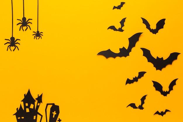 Arañas de halloween y murciélagos con fondo naranja Foto gratis