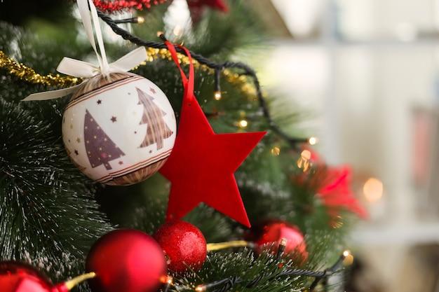 Rbol de navidad con bolas de navidad y una estrella roja - Bola de navidad con foto ...