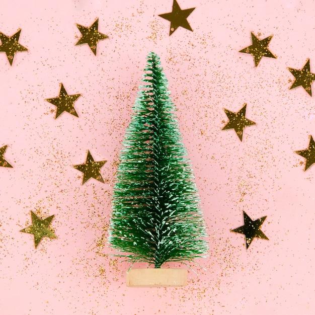 Árbol de decoración de primer plano con estrellas doradas Foto gratis
