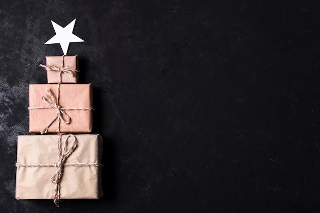 Árbol hecho de regalos envueltos con espacio de copia Foto gratis