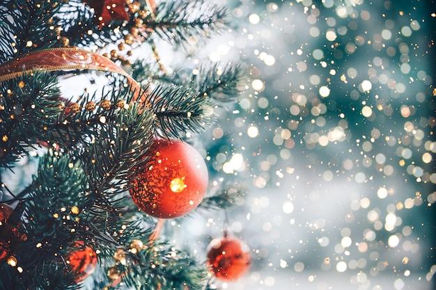 Árbol de navidad con adorno de bola roja y decoración, luz brillante Foto Premium