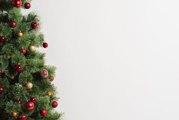 Árbol de navidad con adornos copia espacio Foto gratis