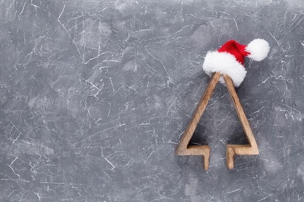 Árbol de navidad colorido sobre fondo de madera. Foto Premium