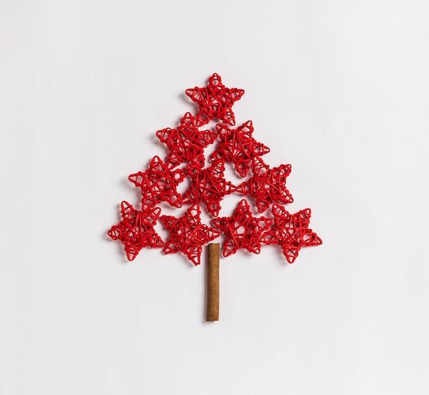 Árbol de navidad hecho de concepto rojo de las estrellas aislado en el fondo blanco Foto gratis