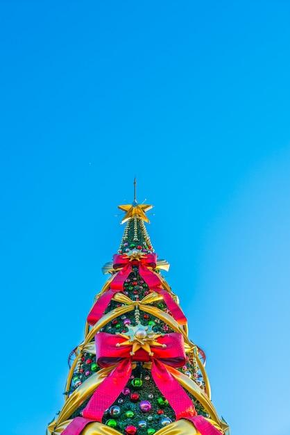 Arbol De Navidad Con Lazos Grandes En Un Fondo Azul Descargar - Lazos-grandes