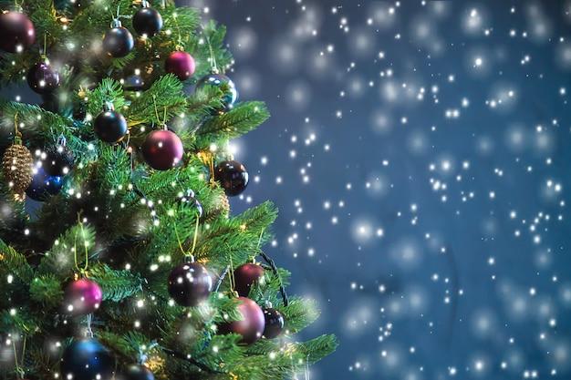 Árbol de navidad en la noche decoraciones. Foto Premium