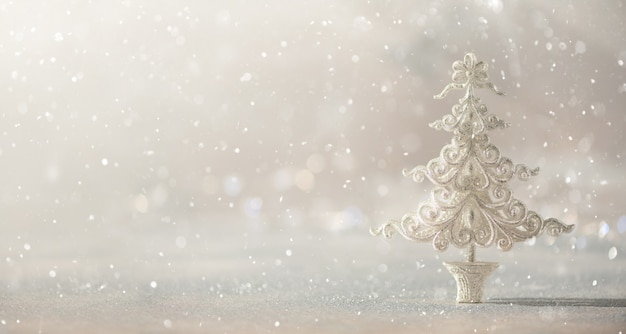 Árbol de navidad de plata del brillo en el fondo gris con el bokeh de las luces, espacio de la copia. Foto Premium