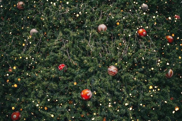 Árbol de navidad vintage con decoración de bolas y efecto de filtro de luz brillante Foto Premium
