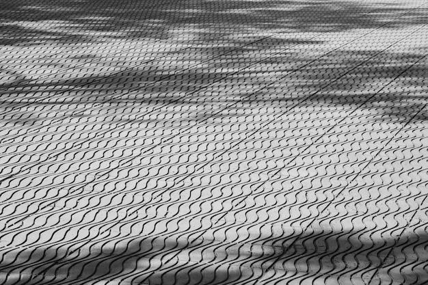 Rbol de sombra sobre suelo de baldosas monocromo for Hormigon encerado sobre suelo de baldosas