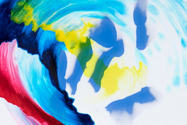 Arco iris de acrílico aproximadamente pintado sobre un fondo blanco Foto gratis