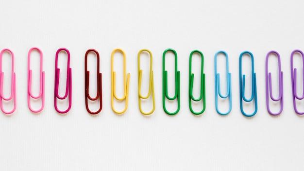 Arco iris hecho de clips de papel coloridos Foto gratis