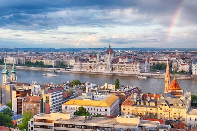 Arco iris sobre parlament y riverside en budapest hungría Foto Premium