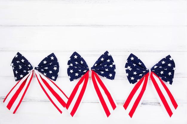 Arcos de cintas con símbolos de la bandera americana. Foto gratis