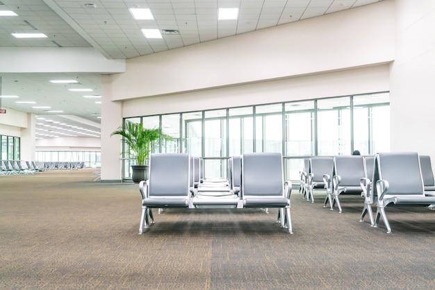 Área de espera vacía del terminal del aeropuerto Foto gratis