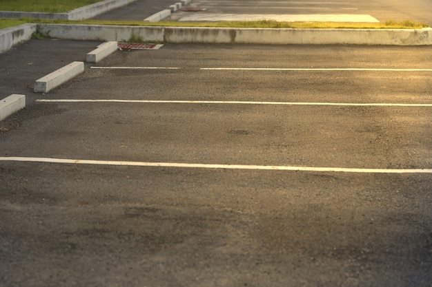 Área de lotes de estacionamiento con línea de lote con llamarada solar Foto Premium