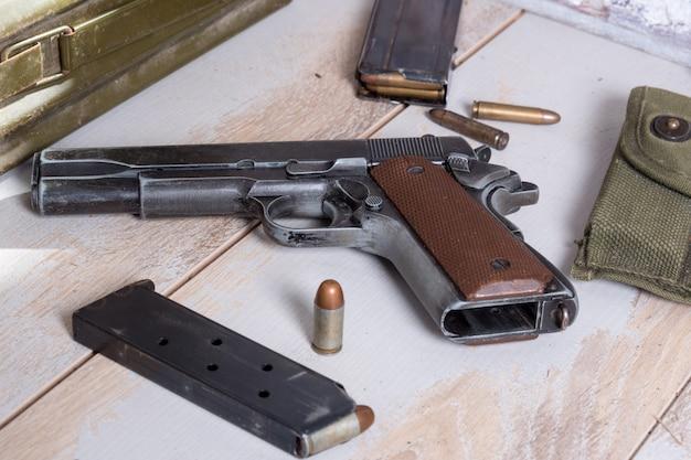 Arma de fuego m1911 gobierno con munición Foto Premium