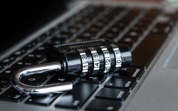 Armario en una computadora portátil. concepto de negocio, tecnología, internet y redes de trabajo de seguridad cibernética Foto Premium