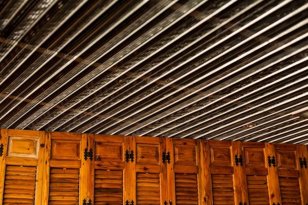 Armario de madera con l minas en el techo descargar - Laminas de madera ...