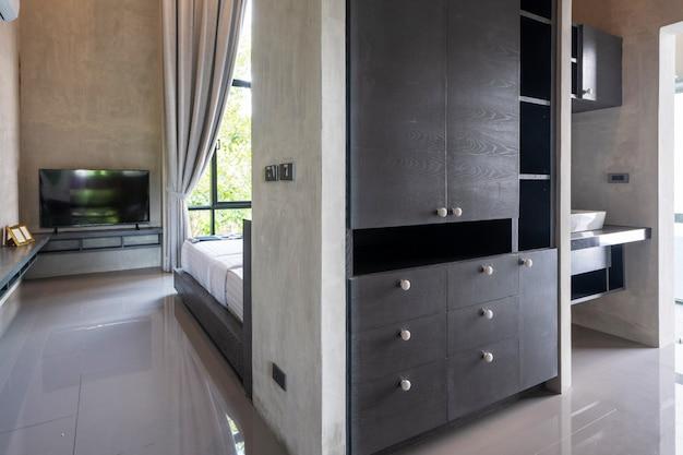 Armario a lo largo del pasillo en dormitorio moderno estilo loft Foto Premium